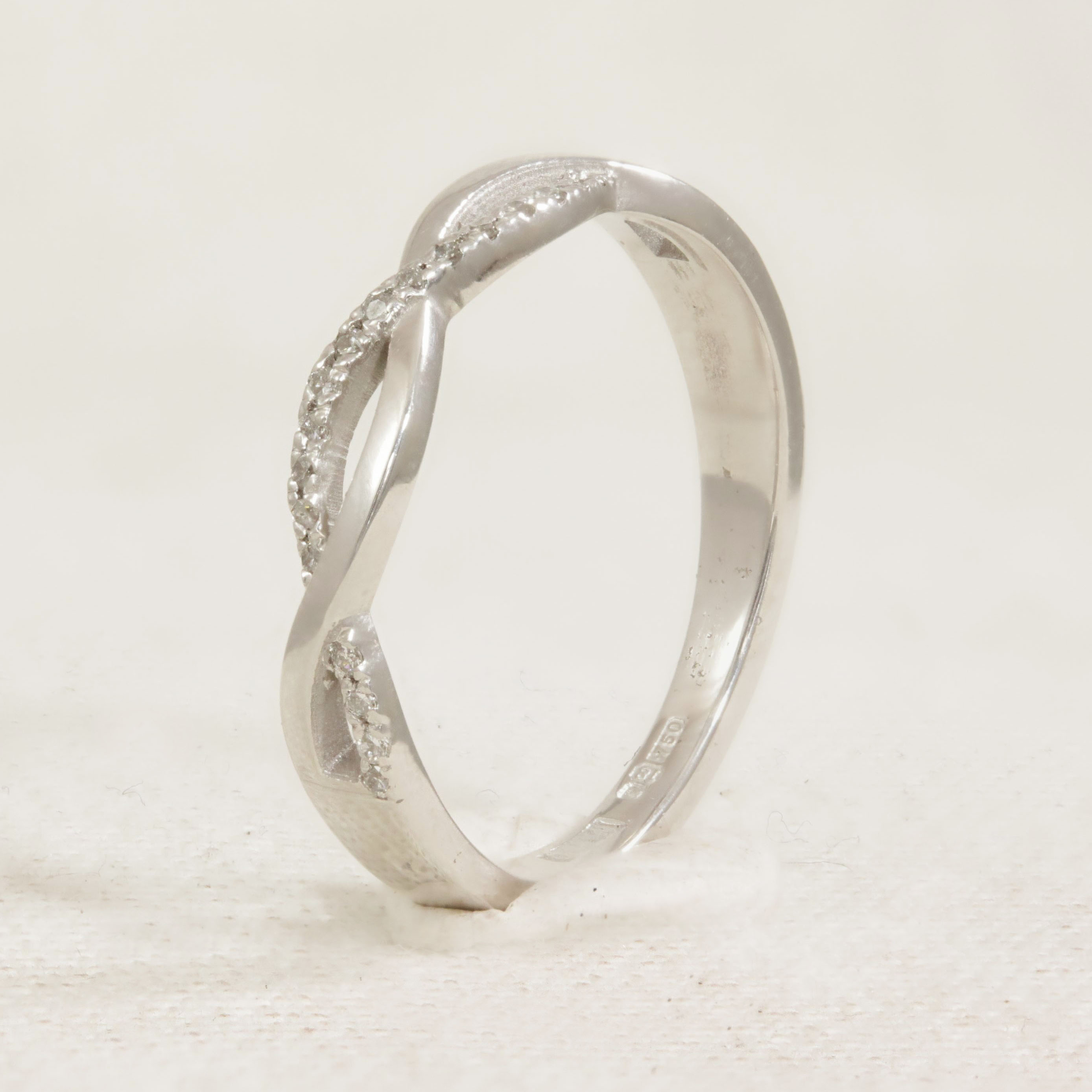 Half set diamond twist band